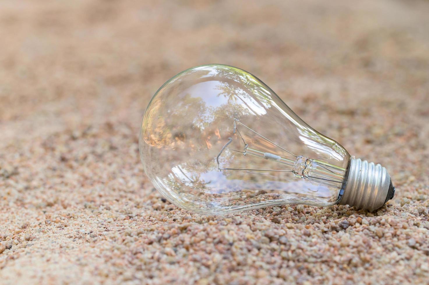 Glühbirne im Sand foto