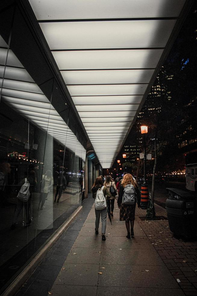 Toronto, Ontario, Kanada, 2020 - Fußgänger auf dem Bürgersteig foto