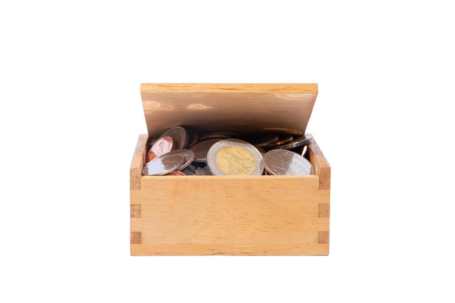 Münzen in einer Holzkiste foto