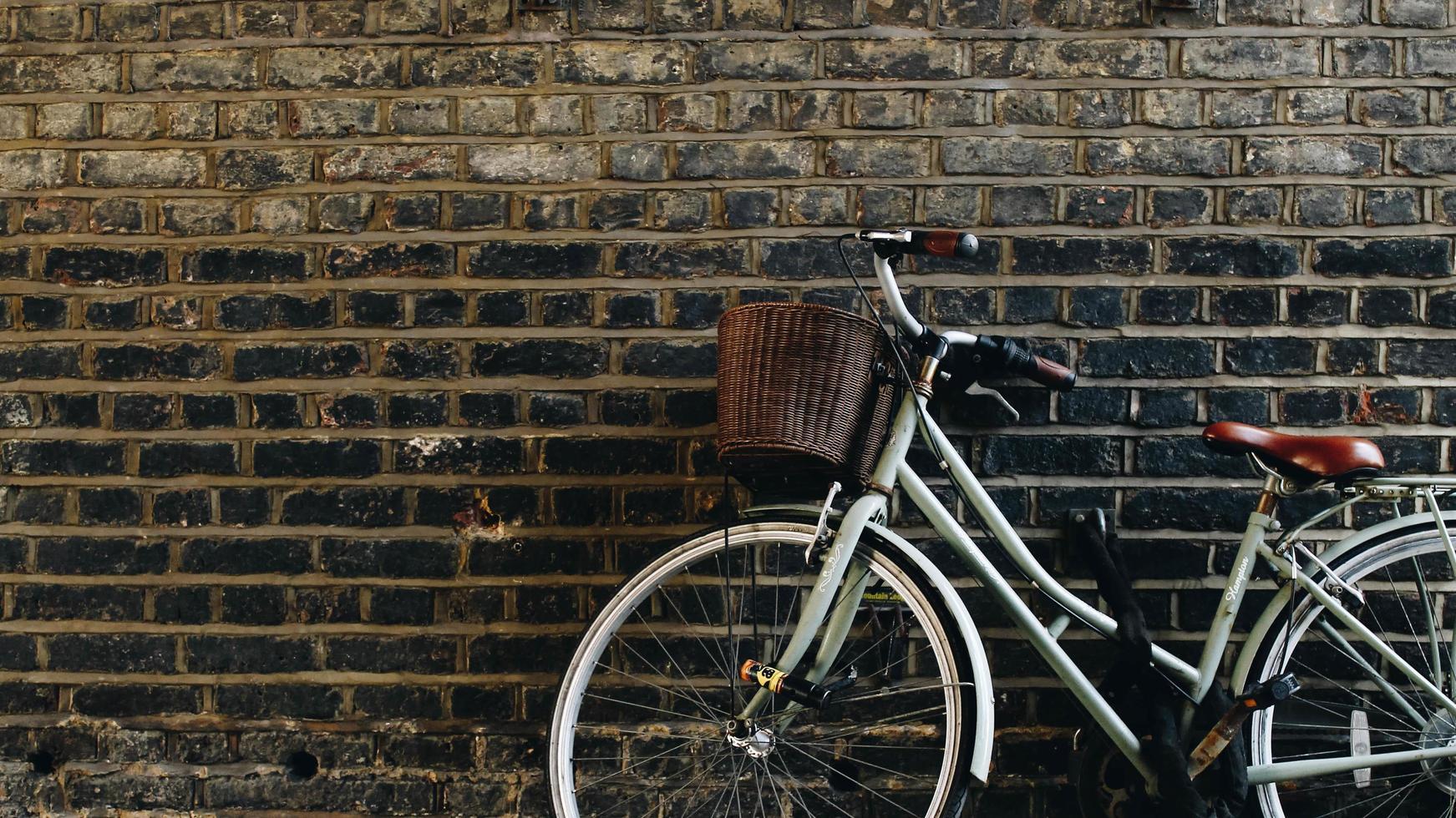 Fahrrad an die Wand gelehnt foto