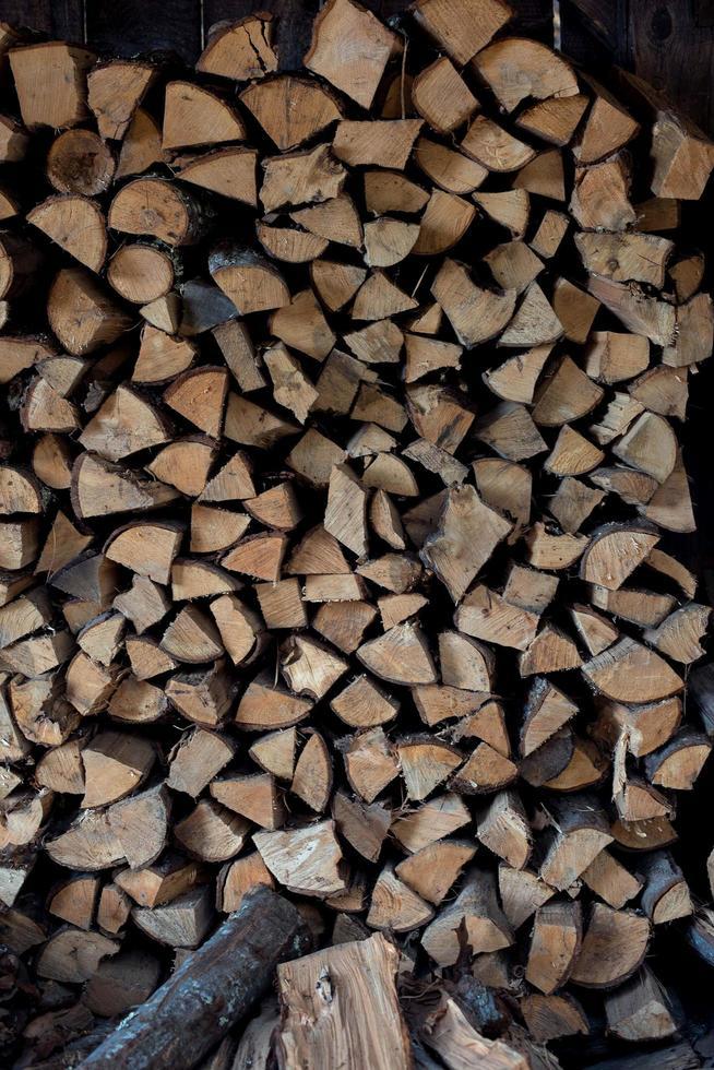 Holz für Brennholz schneiden foto