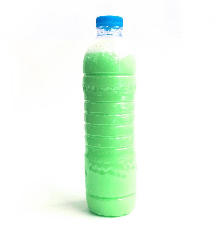 bunter Weichspüler in Plastikflasche lokalisiert auf weißem Hintergrund foto