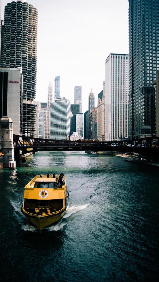 Chicago, Illinois 2020 - gelbes Boot im Wasser foto