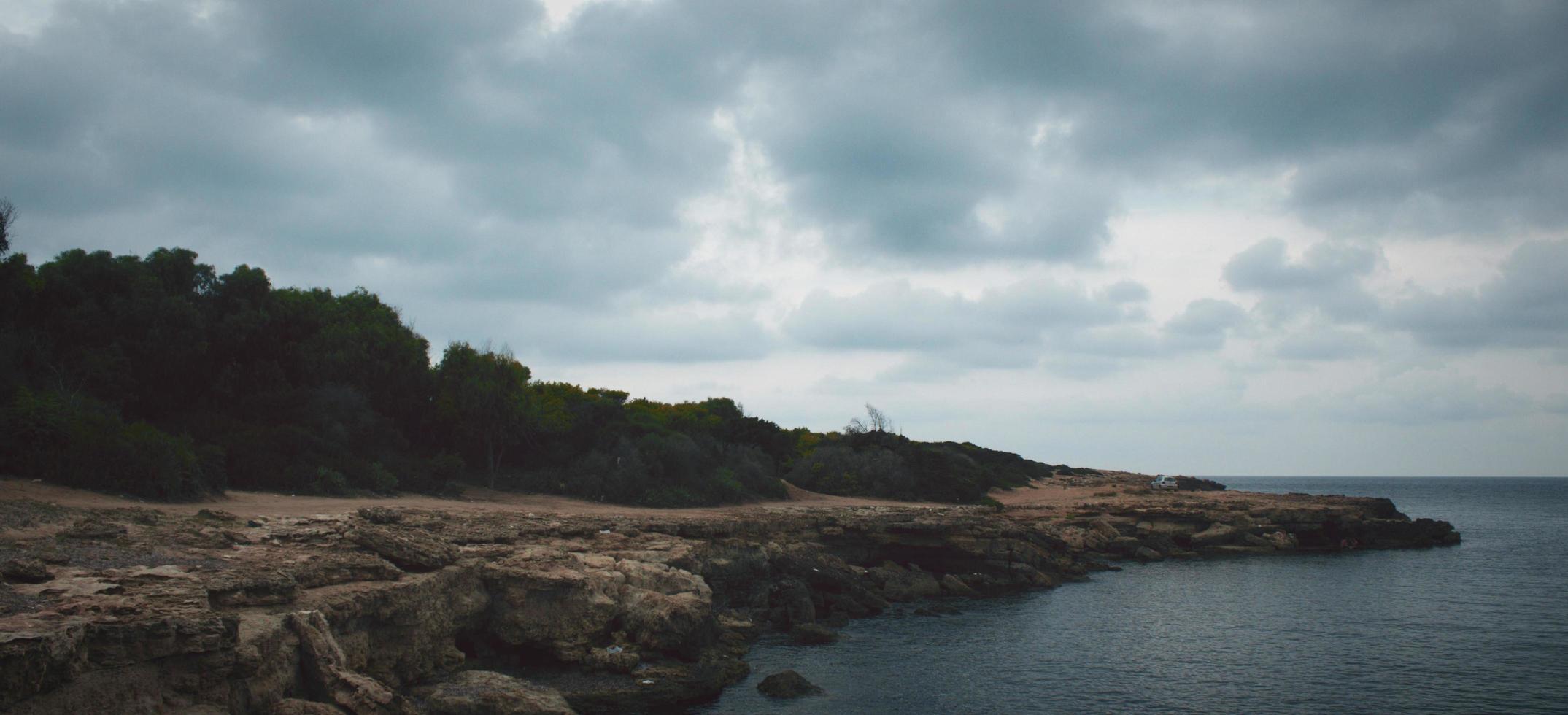 Wolken über einer felsigen Küste foto