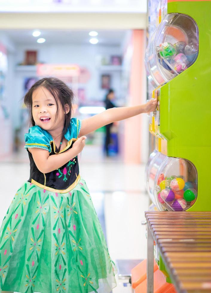 kleines asiatisches Mädchen im Prinzessinkostüm foto
