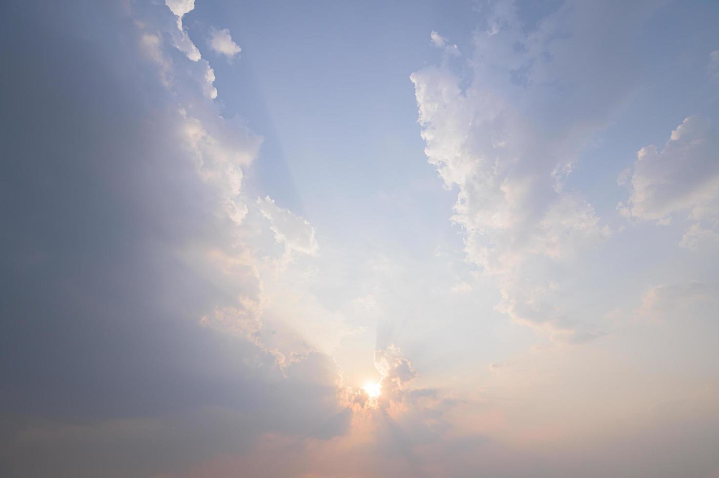 blauer Himmel und Wolken bei Sonnenuntergang foto
