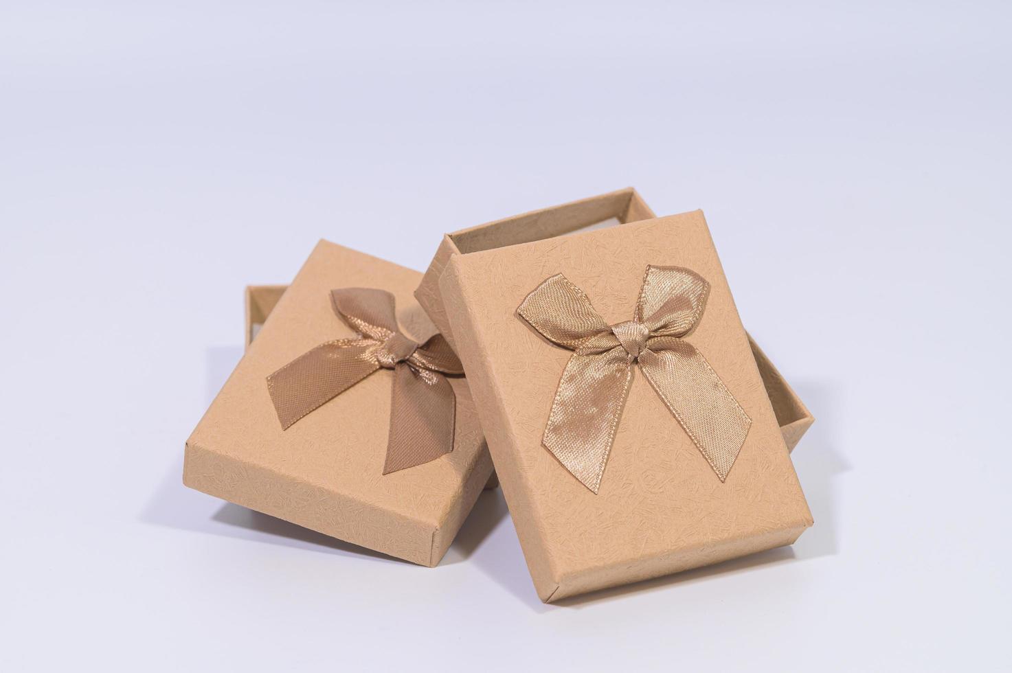 braune Geschenkboxen auf weißem Hintergrund foto