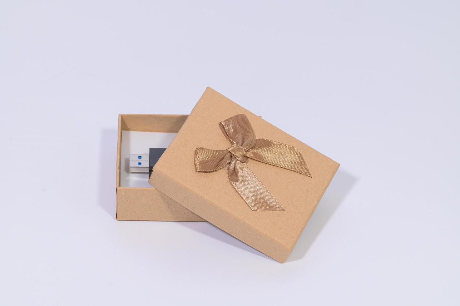 braune Geschenkbox mit Flash-Laufwerk foto