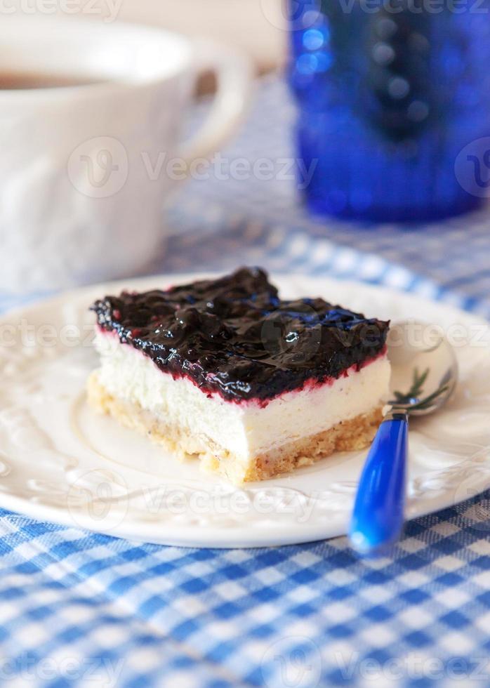 köstlicher Blaubeerquadratkuchen mit Schlagsahne foto