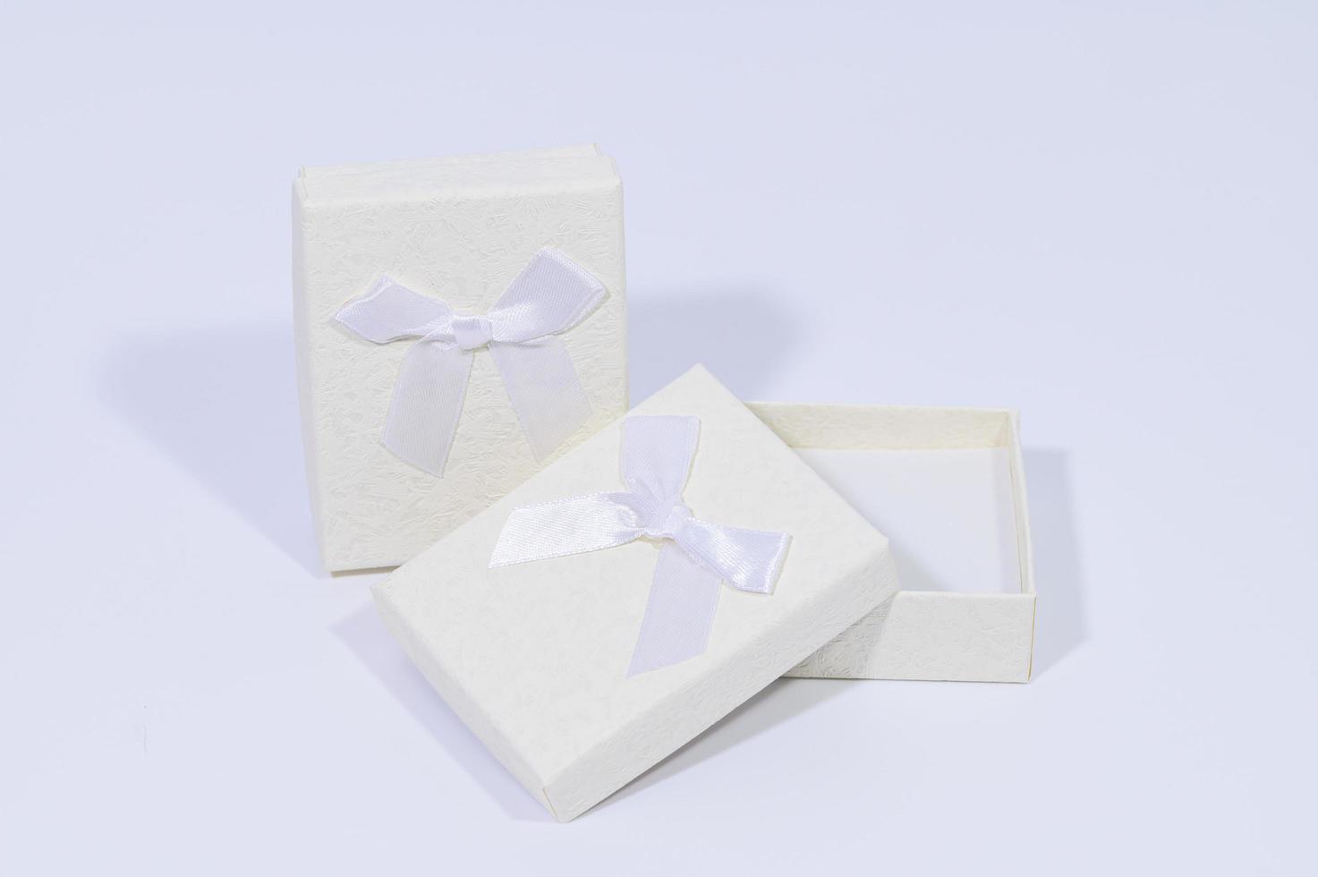 Geschenkboxen auf weißem Hintergrund foto
