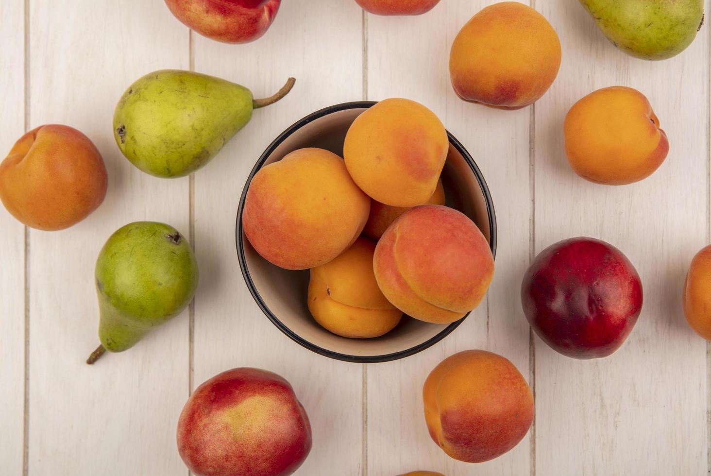 Lebensmittelfotografie flache Lage von frischem Obst auf neutralem Hintergrund foto