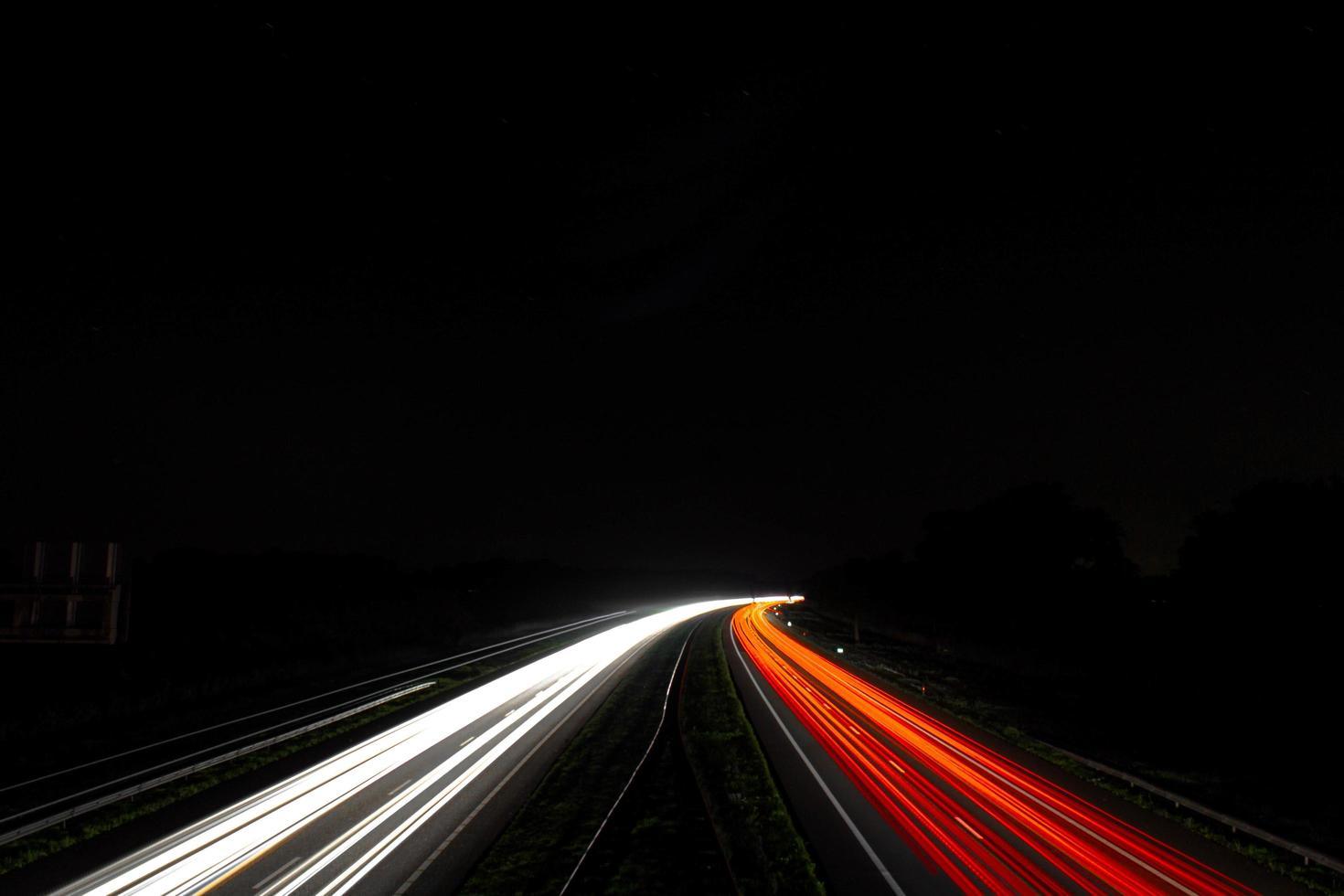 Zeitraffer der Autolichter auf der Straße in der Nacht foto