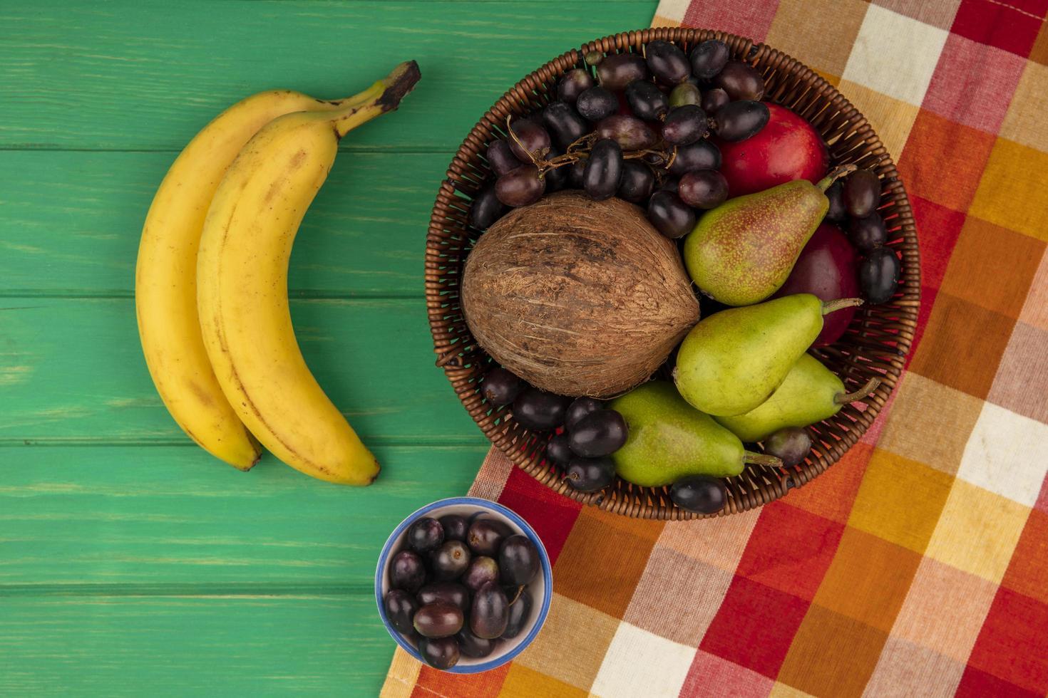 verschiedene Früchte auf Herbst und grünem Hintergrund foto