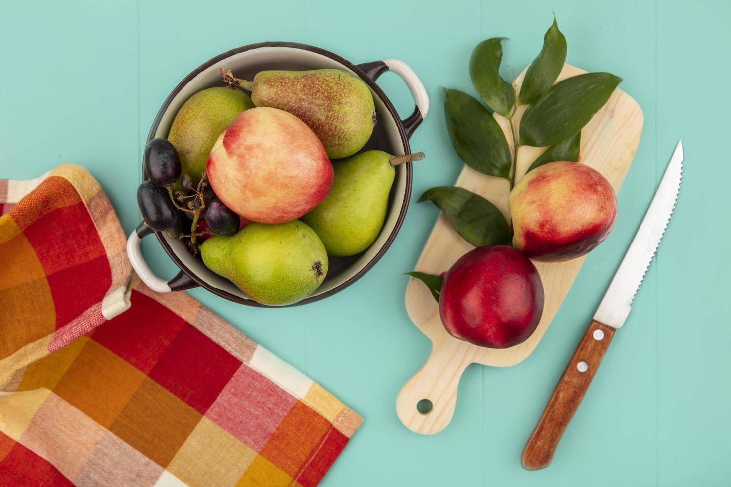 verschiedene Früchte auf stilisiertem blaugrünem Hintergrund foto