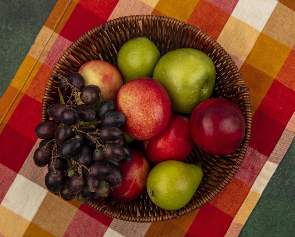 verschiedene Früchte auf mitten im Herbst Hintergrund foto