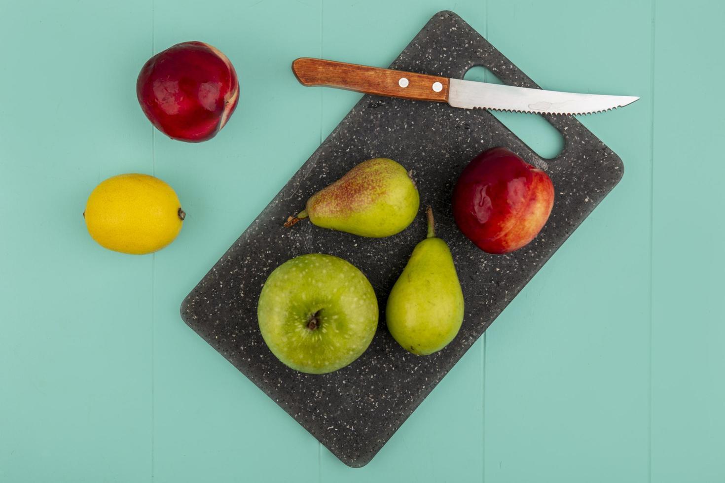 verschiedene Früchte auf grünem Hintergrund foto
