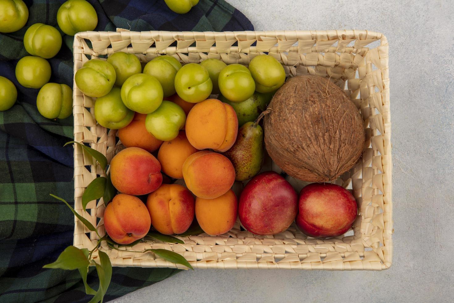 Lebensmittelfotografie flache Lage von verschiedenen Früchten in einem Korb foto