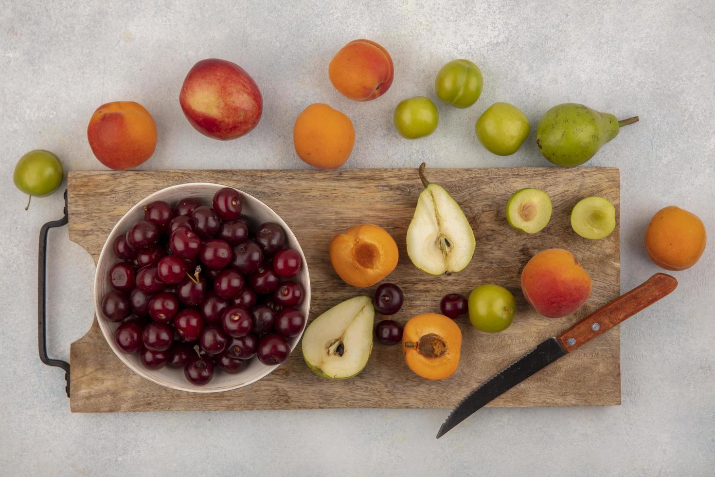 verschiedene Früchte auf Holzschneidebrett foto