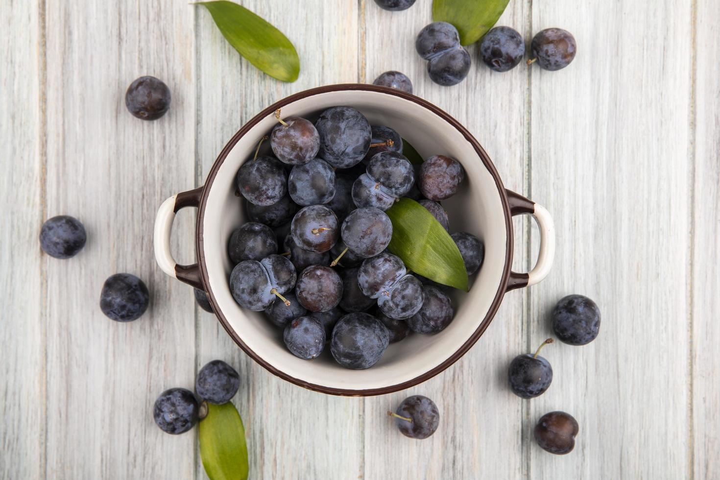 frische Beeren lokalisiert auf einem grauen hölzernen Hintergrund foto