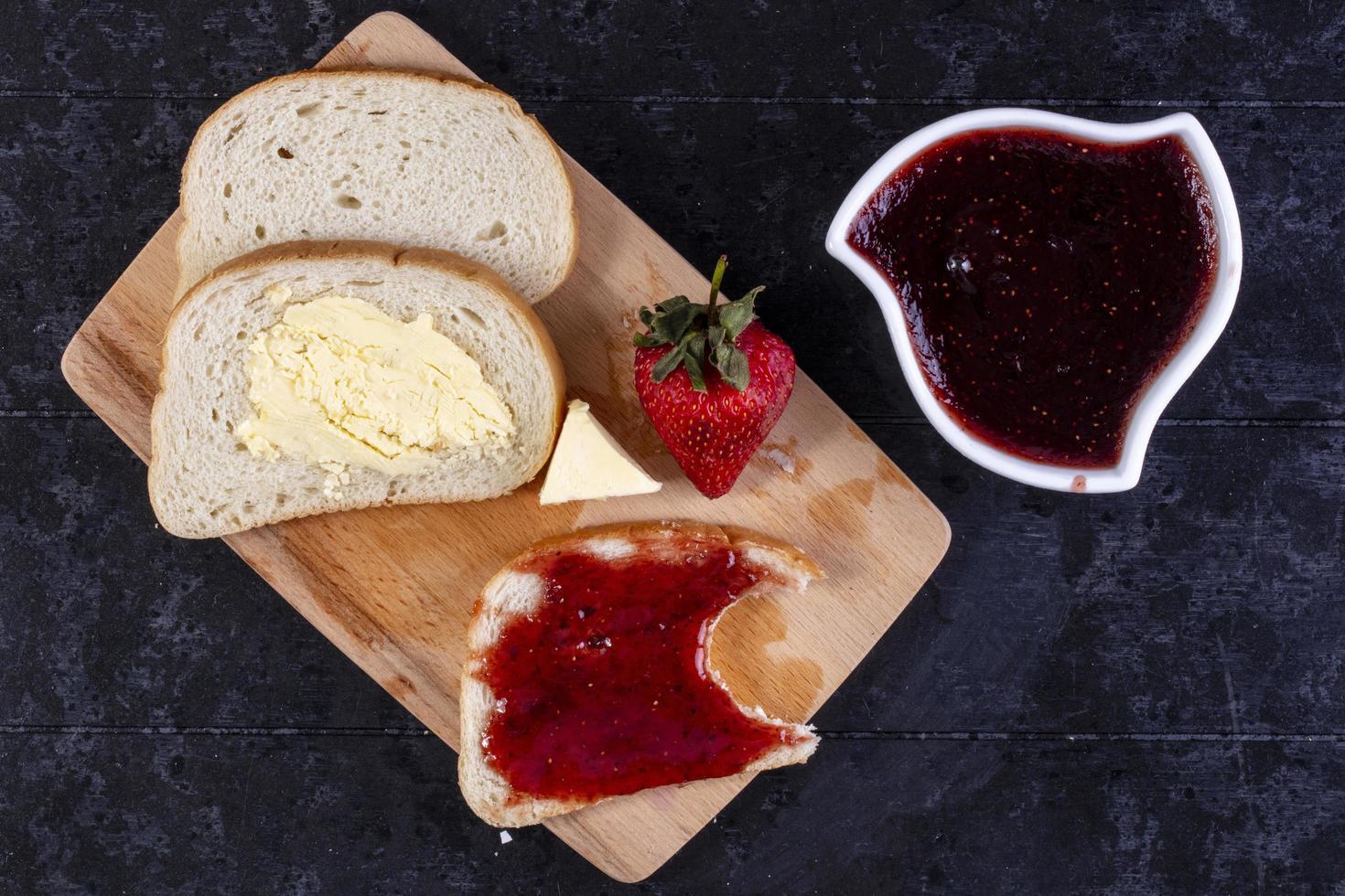 Draufsicht auf Scheiben Brot und Butter foto