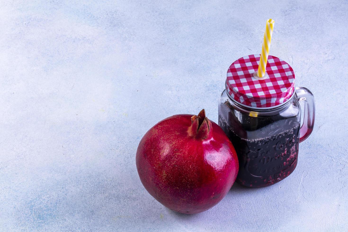 Seitenansicht frischer Granatapfelsaft foto