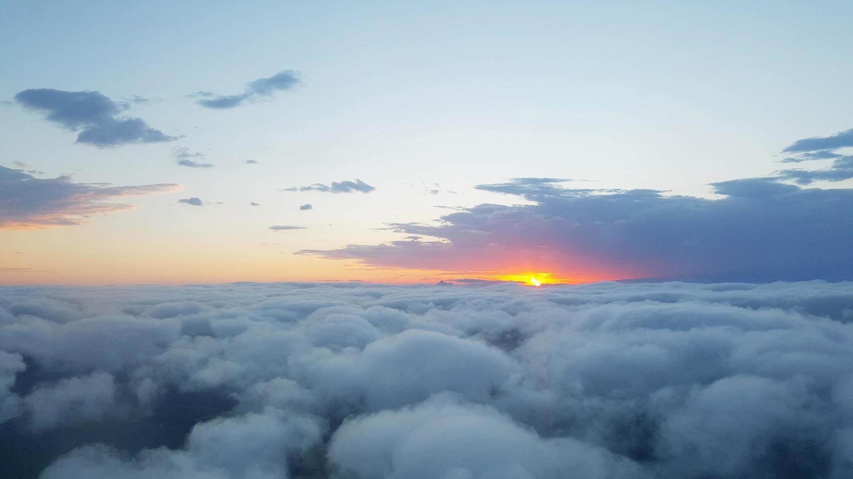 Luftaufnahme der Wolken bei Sonnenuntergang foto