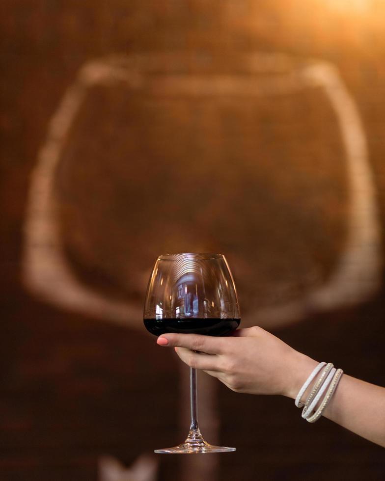 Frau hält Weinglas foto