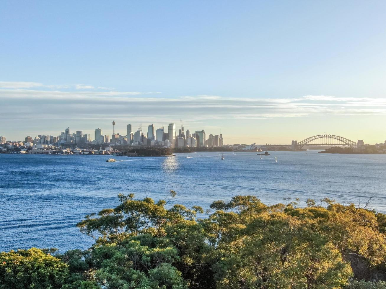Stadtbild über die Bucht bei Sonnenuntergang foto