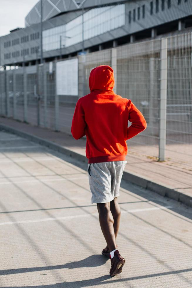 Afroamerikaner Mann läuft entlang der Straße foto