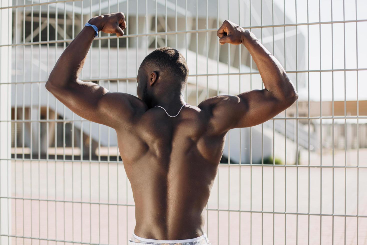 fit schwarzer Mann zeigt Rückenmuskeln foto