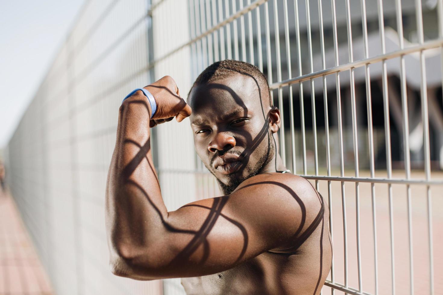 fit Mann zeigt seine Muskeln foto