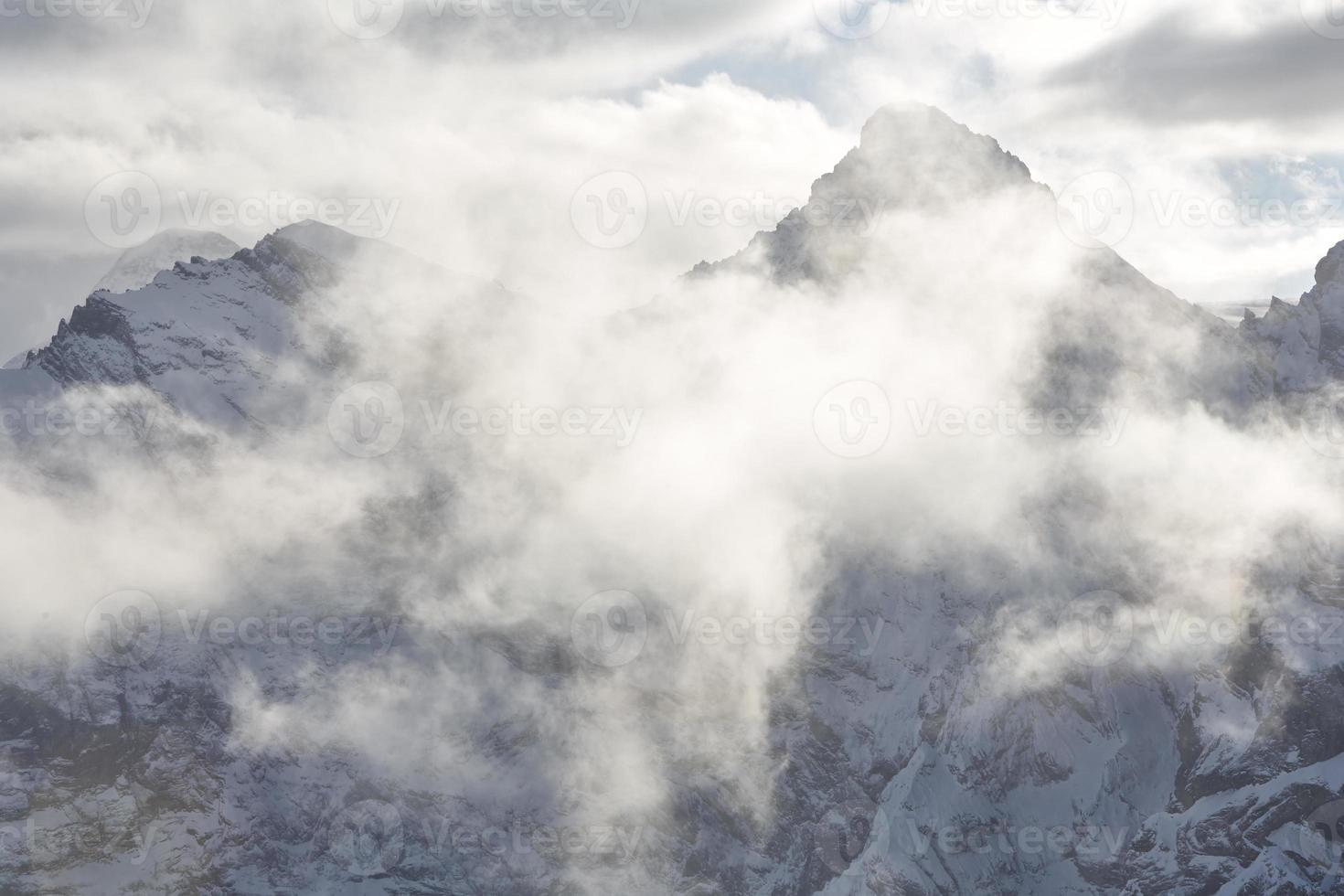 Wolken schweben über den Berggipfeln foto
