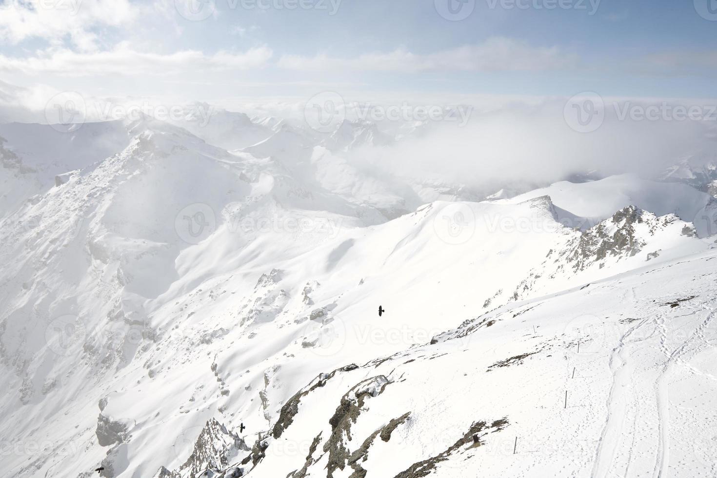 schneebedeckter Berg unter dicken Wolken foto