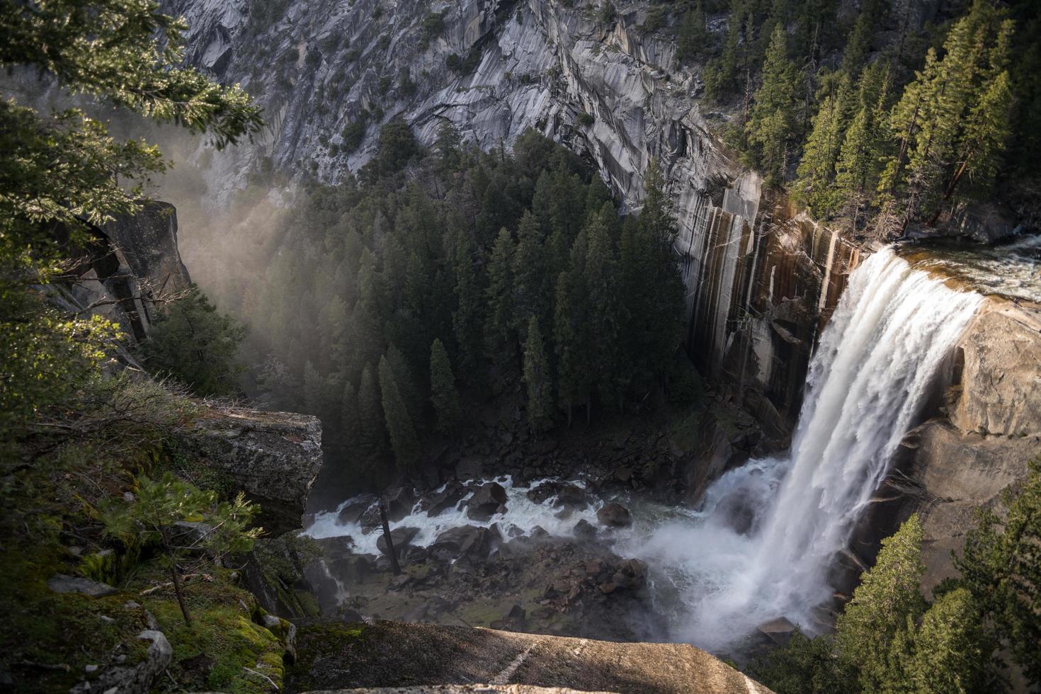 schöner Wasserfall im Gebirgstal foto