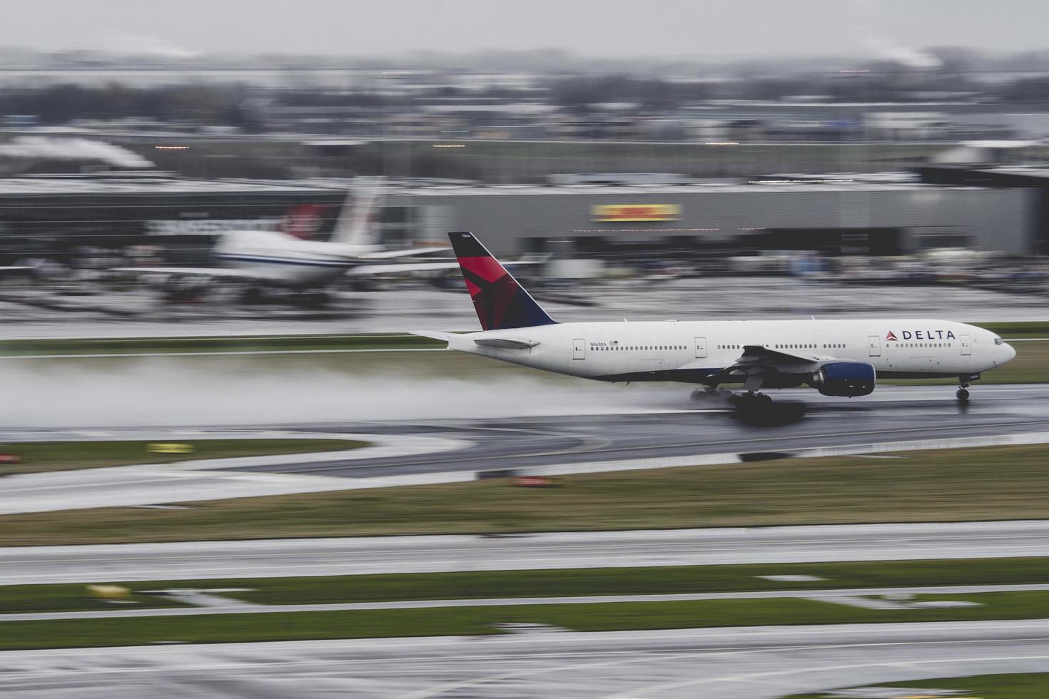 Niederlande, 2013-Delta-Flugzeug landet am Flughafen Amsterdam Schiphol foto