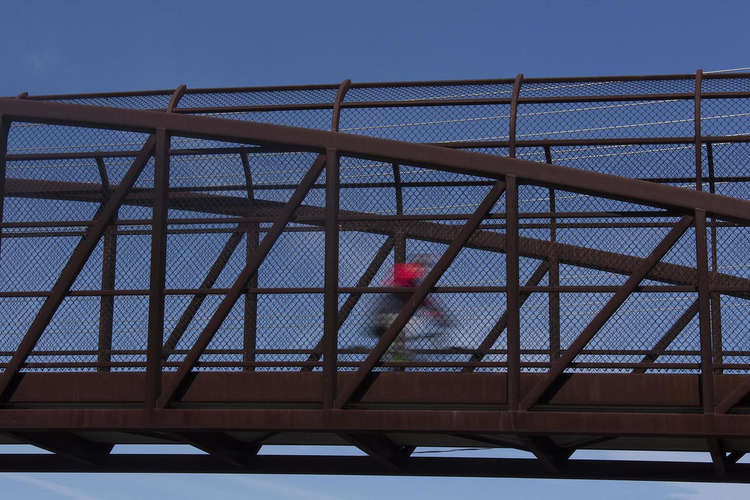 Radfahrer in Bewegung überqueren Brücke foto