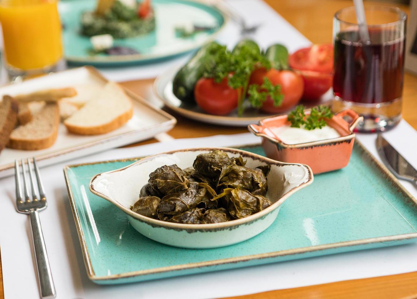 Dolmas mit Gemüse auf dem Tisch foto