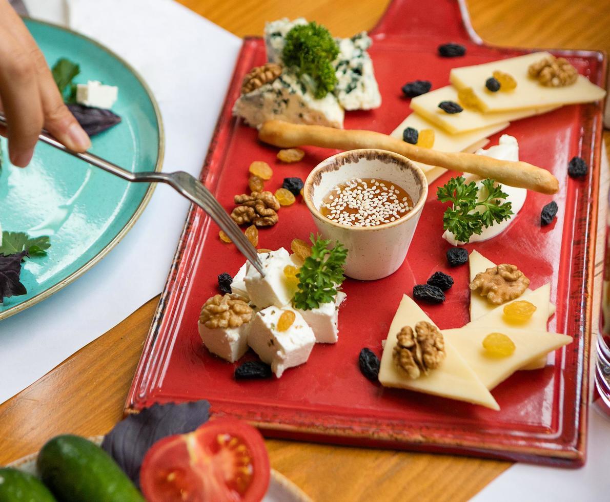 sortierter Käse auf einem roten Teller foto