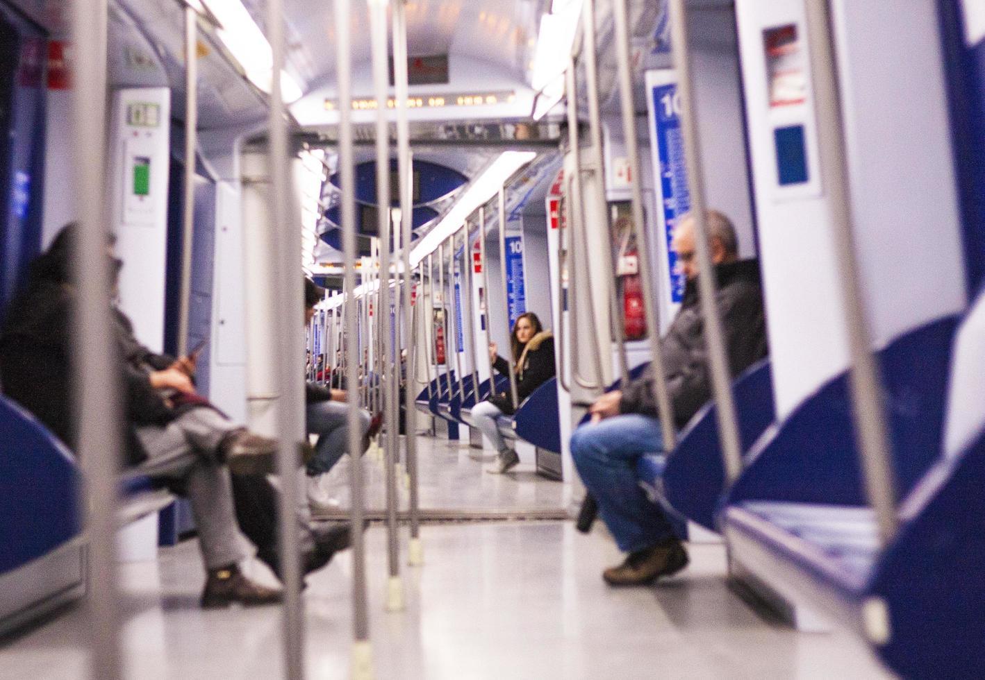 Barcelona, Spanien, 2020 - Menschen sitzen im Zug foto