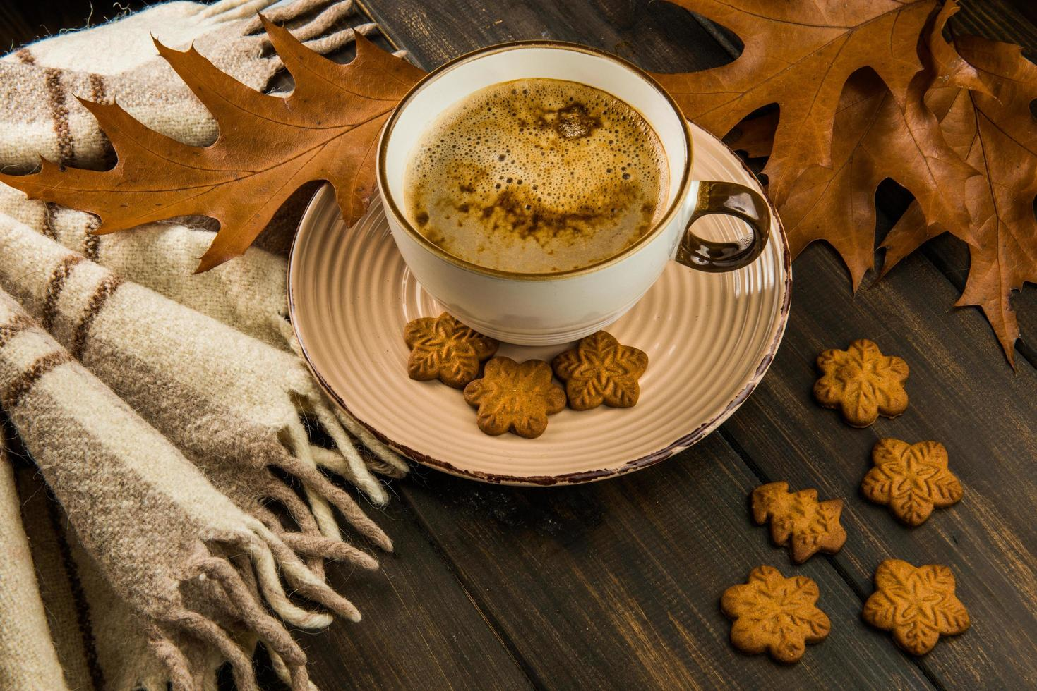 Kaffee mit Keksen und Blättern foto