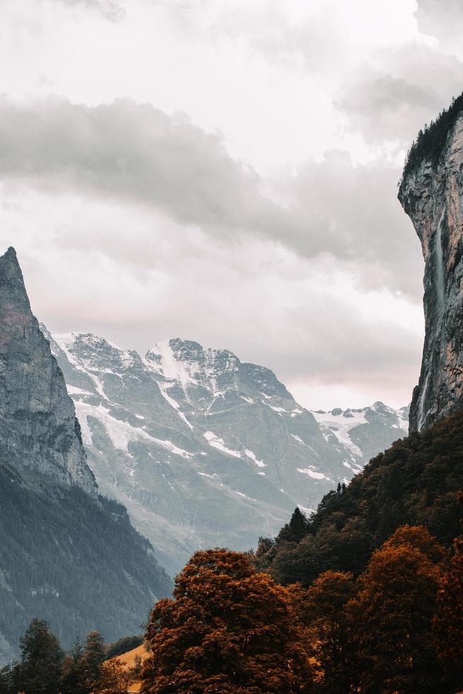 schneebedeckte Berge unter einem bewölkten Himmel foto