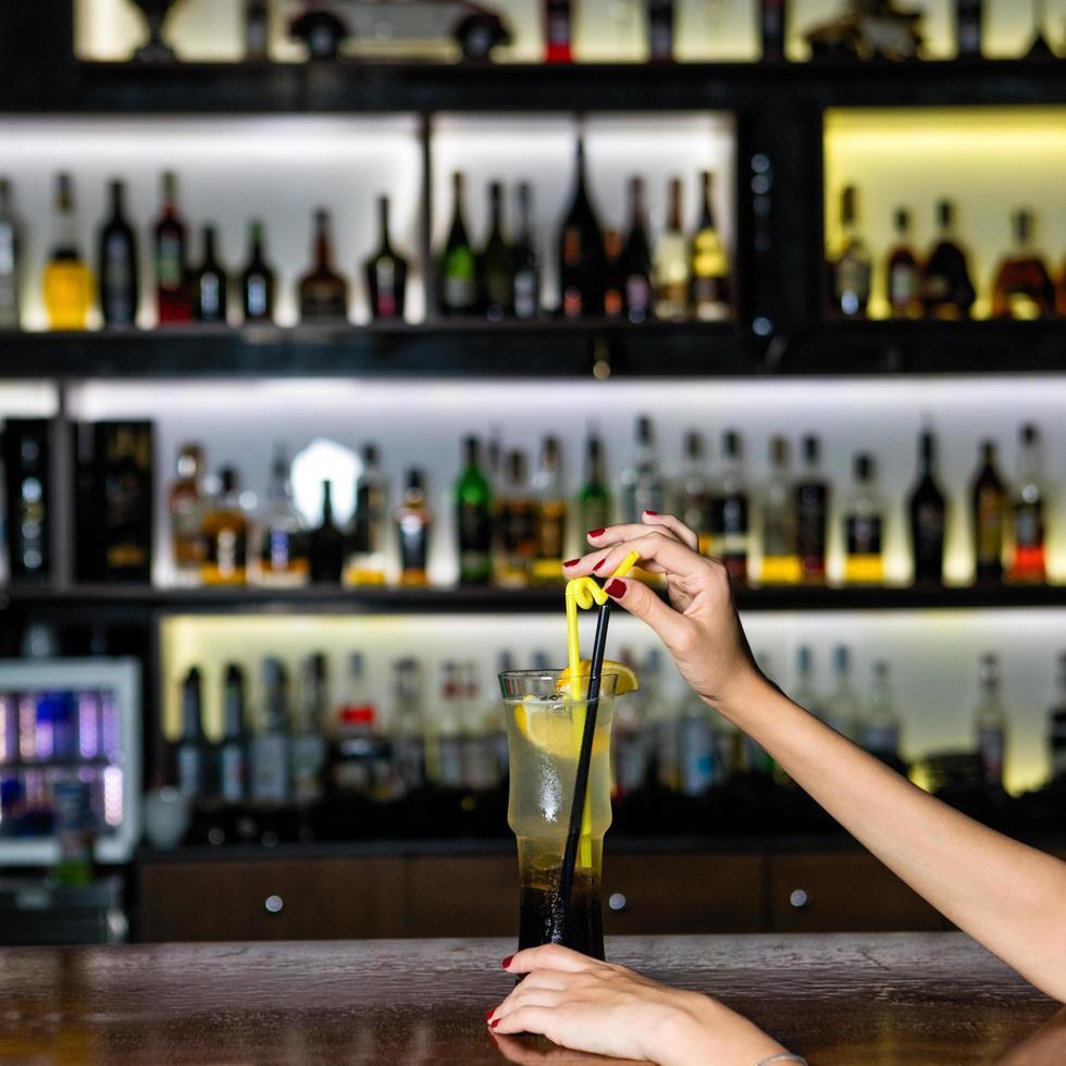 Frau, die Zitronenfruchtcocktail hält foto