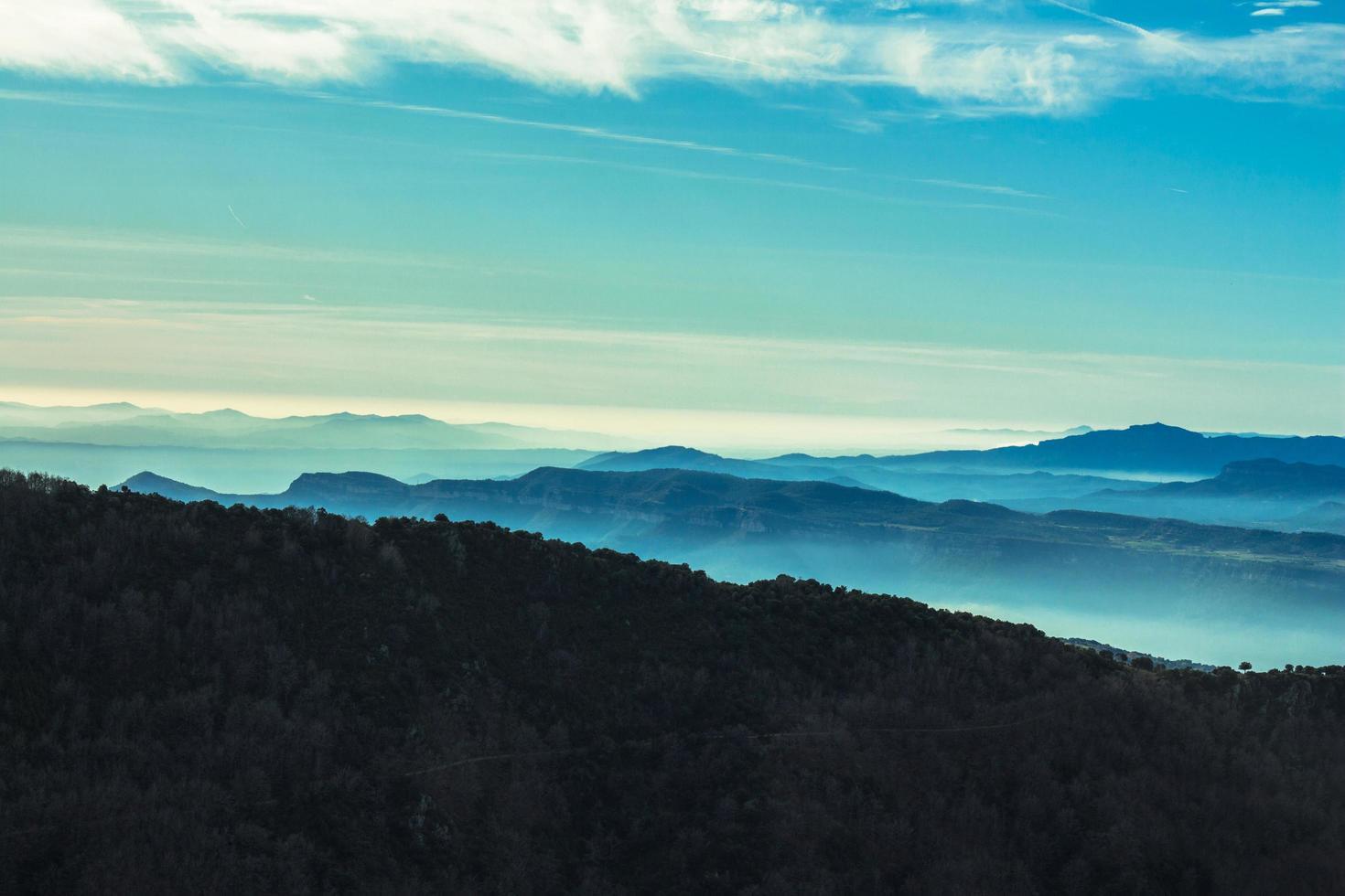 Luftaufnahme von Bergen und Wolken foto