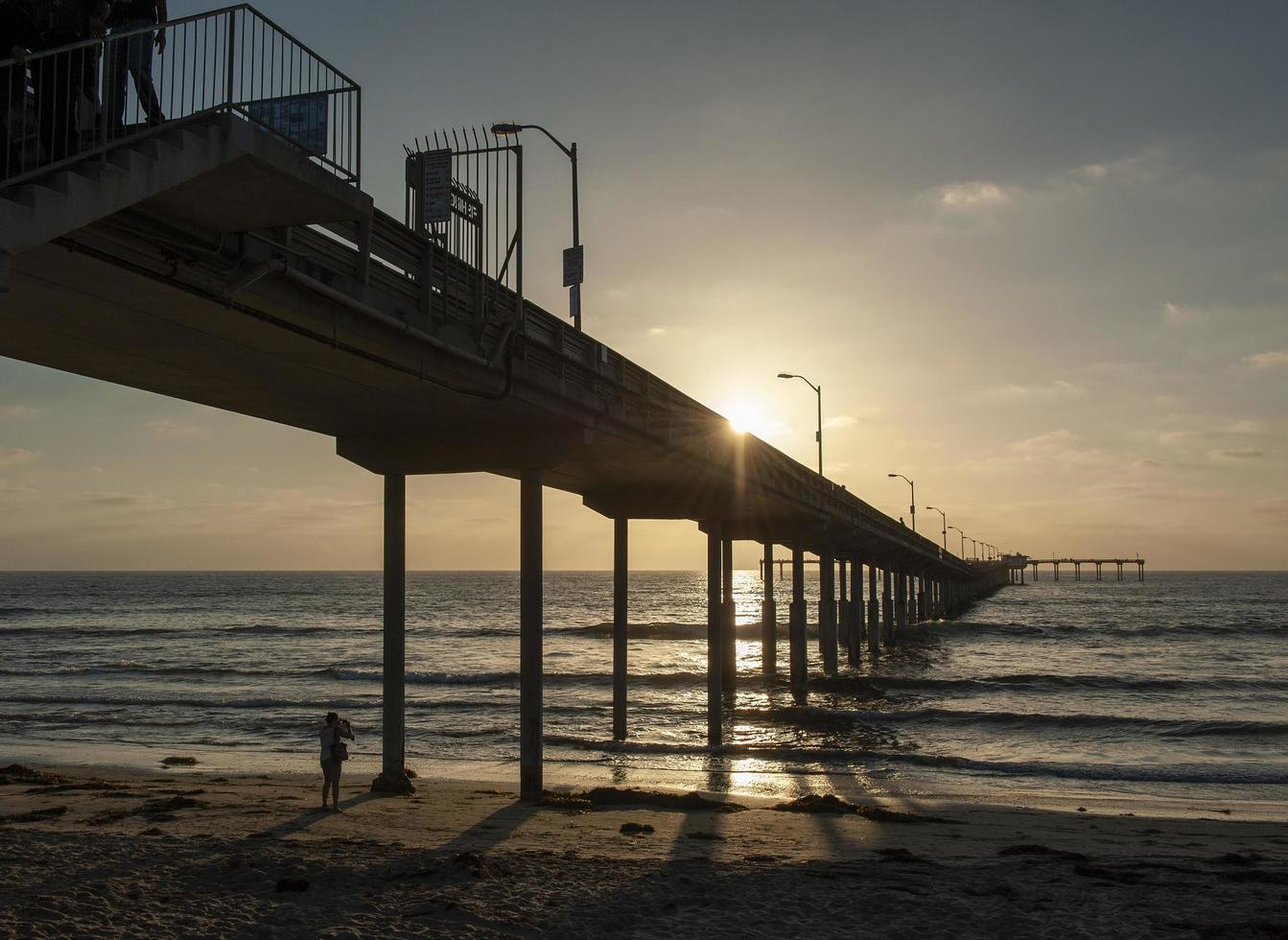 hölzerner Pier bei Sonnenuntergang foto