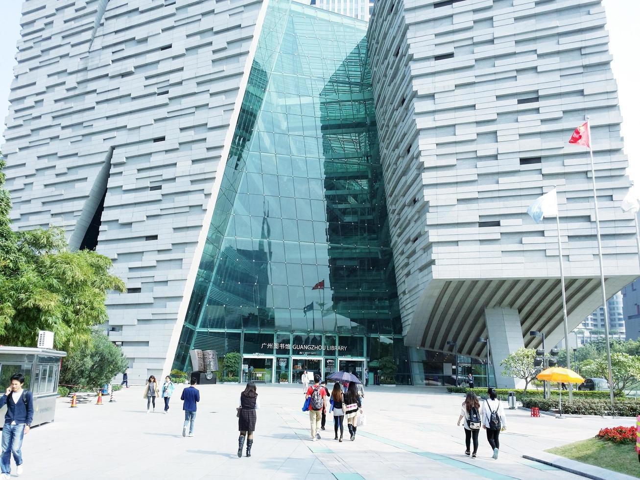 Guangdong, China, 2020 - Menschen, die außerhalb der Bibliothek gehen foto
