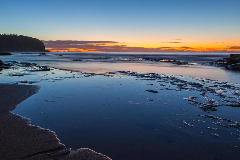 bunter Sonnenuntergang an einem Strand foto