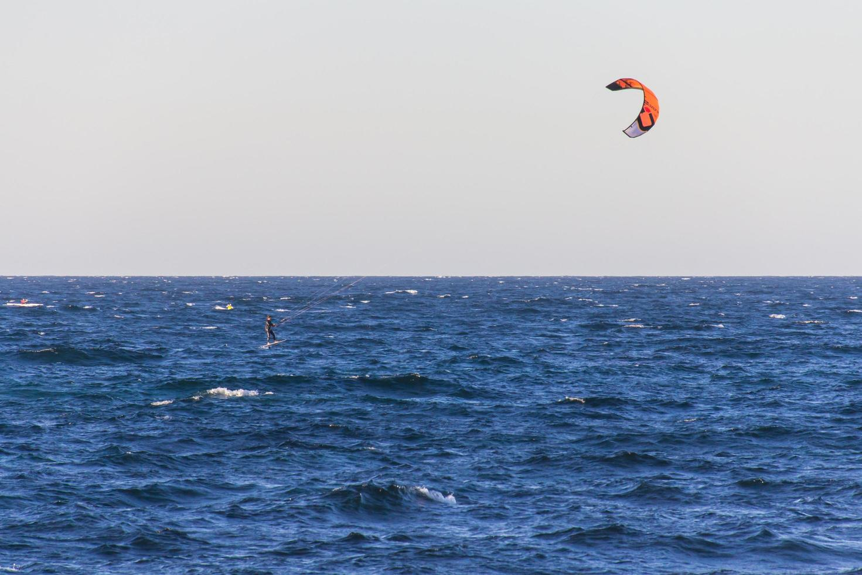 New South Wales, Australien, 2020 - Person Parasailing auf dem Wasser foto