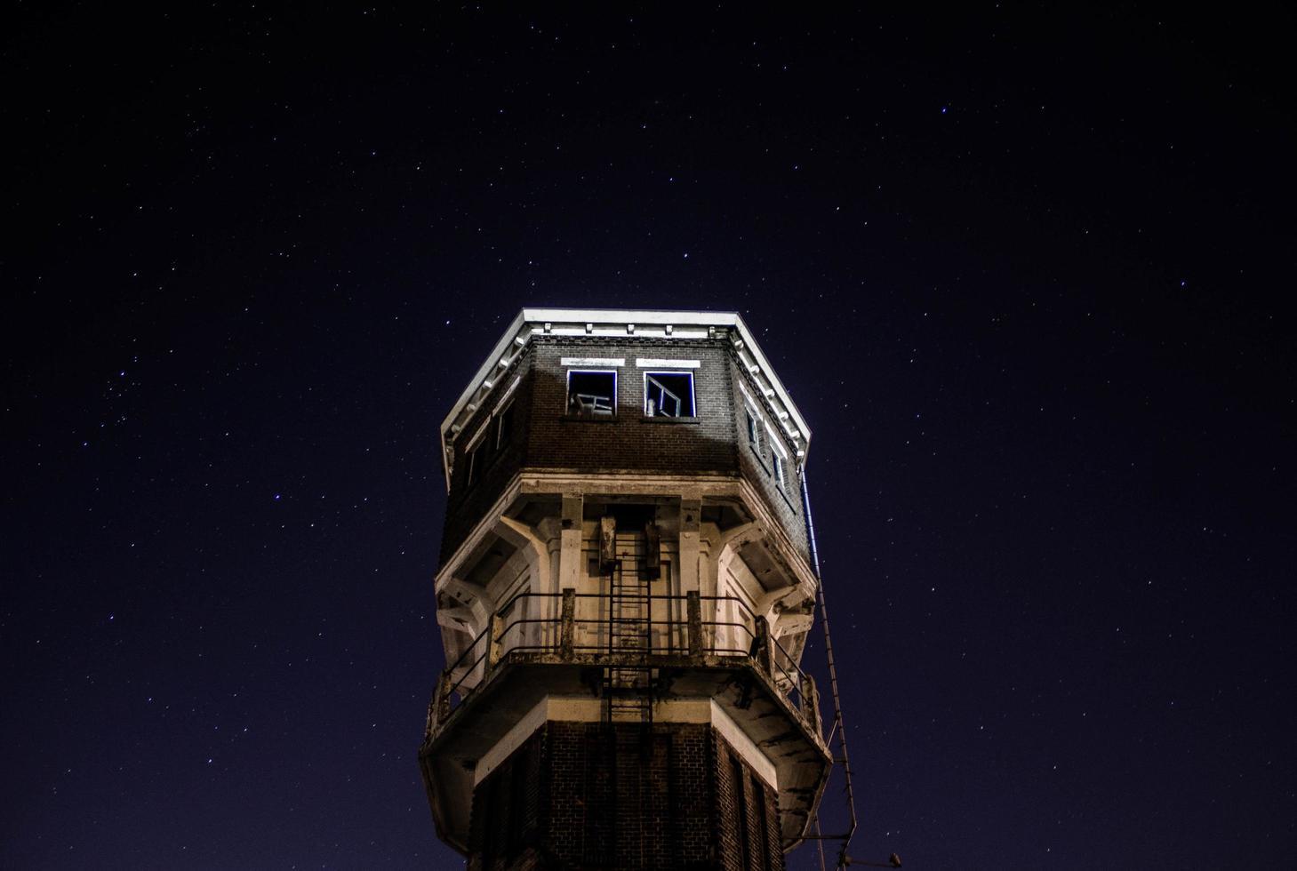 Brügge, Belgien, 2020 - Spitze des Glockenturms von Brügge bei Nacht foto