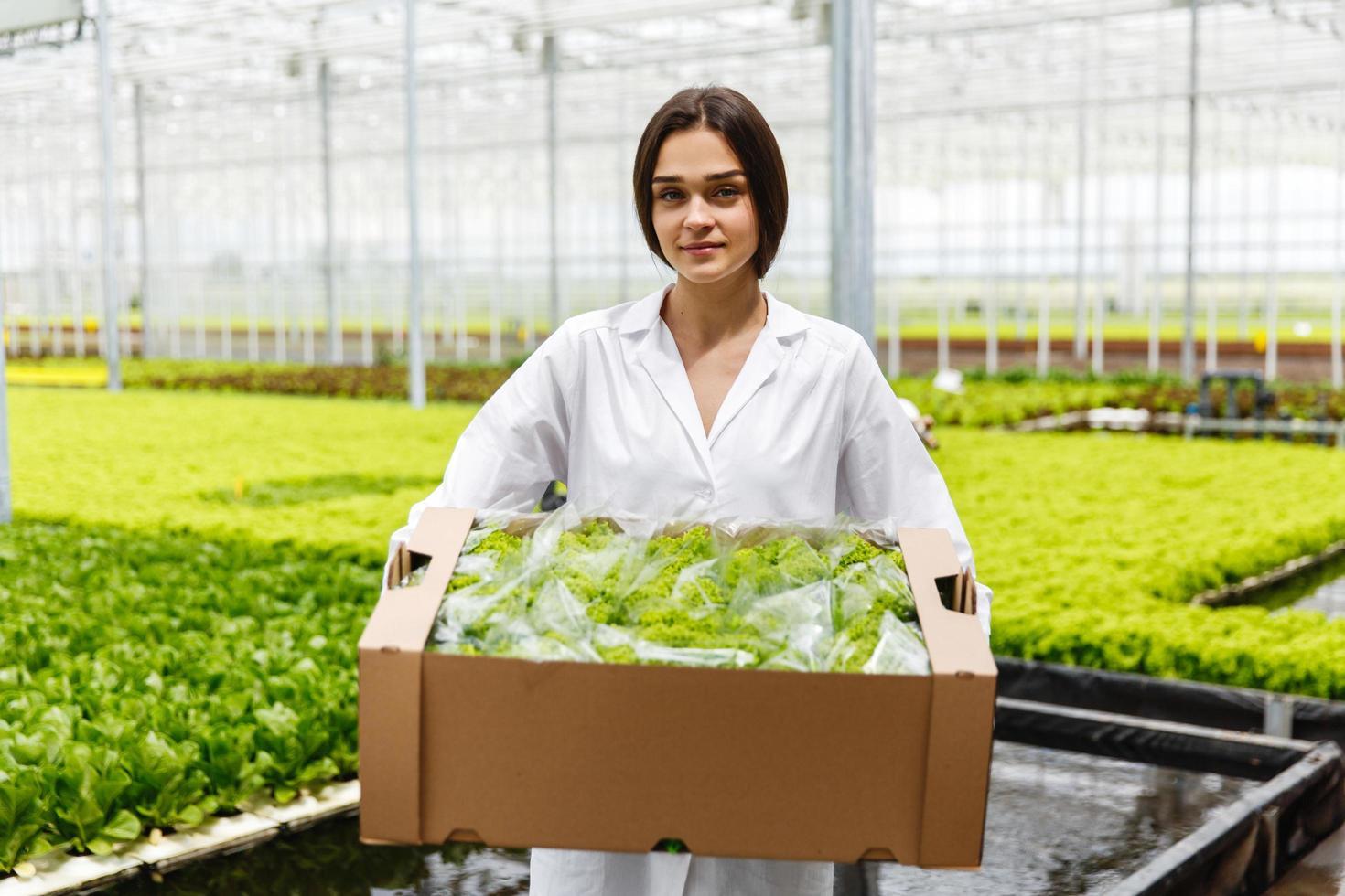Frau hält eine Schachtel Salat foto