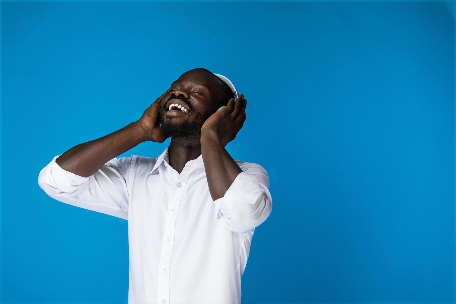zufriedener schöner Afroamerikaner, der Musik hört foto